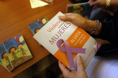 El texto aporta conceptos y realidades sobre la violencia de género así como consejos para el autocuidado del personal que atiende a las víctimas.