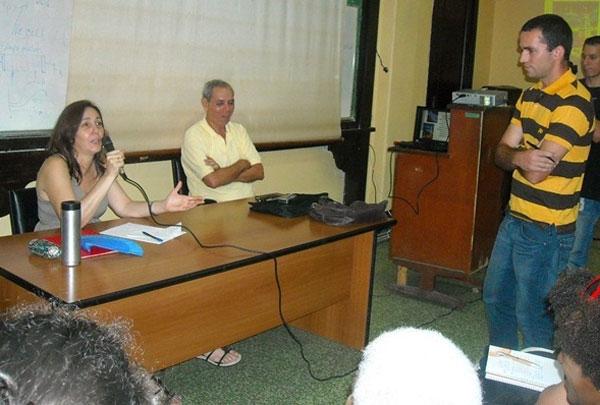 Durante el intercambio con un estudiante universitario, Mariela Castro insistió en que hay que aprender y desarrollar el diálogo entre todas y todos.