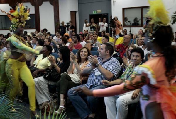 Integrantes de la compañía de baile Tropicana animan una sesión de la conferencia de la Asociación Internacional de Lesbianas, Gays, Bisexuales, Trans e Intersex para América Latina y el Caribe, en el balneario cubano de Varadero.