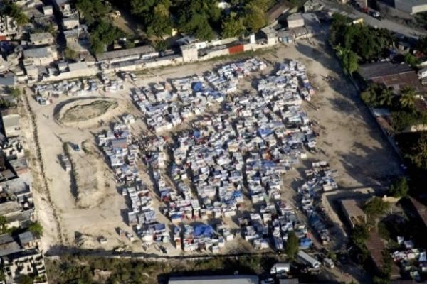 Vista aérea de un campamento provisorio en Puerto Príncipe. Además del cólera que llevaron los nepaleses de la fuerza de paz tras el terremoto de 2010, los problemas ambientales surgieron por la distribución de tiendas de campaña de lona, que debieron reemplazar a los pocos meses. Crédito: UN Photo/Marco Dormino.