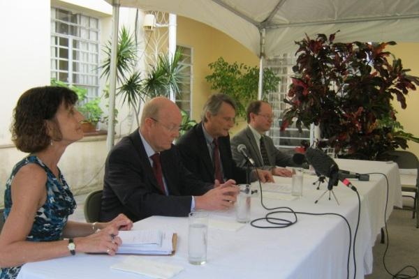 Delegación estadounidense a conversaciones migratorias en conferencia de prensa en La Habana.