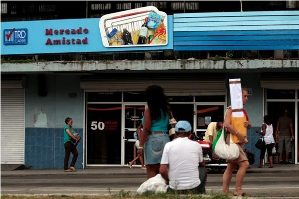 Mercado Amistad, uno de los comercios que venden productos en monedas extranjeras, oficialmente llamadas tiendas de recuperación de divisas, en el barrio de Centro Habana, en la capital cubana.
