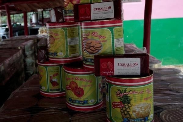 La pequeña fábrica de La Julia, en municipio cubano de Ceballos, produce unas 1.000 latas diarias de fruta en conserva