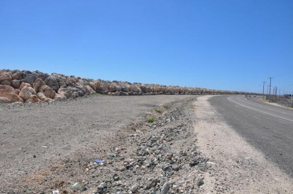 Grandes rocas se usan para proteger la ruta de Palisadoes, en Jamaica, que conecta Port Royal y el aeropuerto internacional Norman Manley. Antes esta ruta estaba bloqueada por la ocurrencia de tormentas.