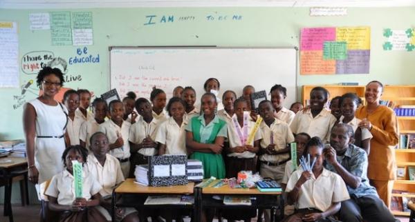 Estudiantes de la escuela primaria de Buccament, en San Vincente, reciben regalos de alumnos de sexto grado de la primaria de Green Bay, en Antigua tras las terribles inundaciones que sufrió ese país insular, Dominica y Santa Lucía