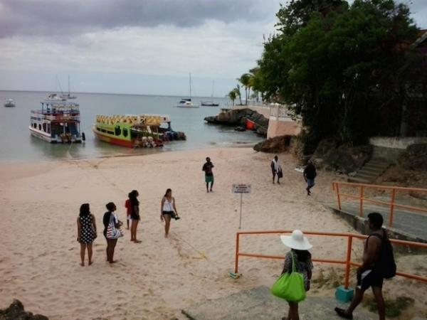 Turistas se preparan para abordar barcos que los llevarán de la bahía de Store, en la isla de Tobago, al famoso arrecife de Buccoo