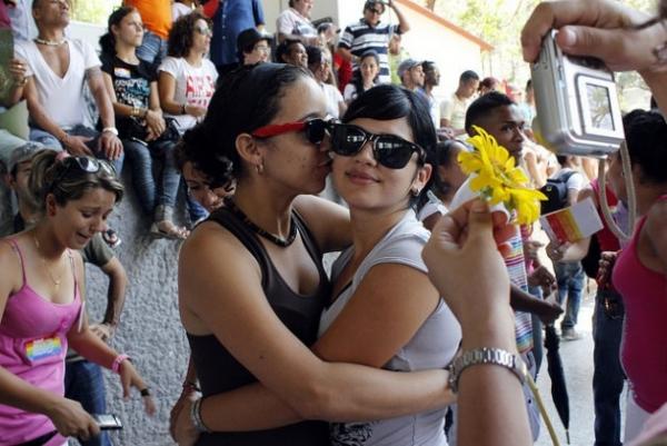 Dos mujeres se abrazan durante una jornada contra la homofobia, organizada en la capital de Cuba por el colectivo de Lesbianas Gay Bisexuales y Transexuales (LGBT)