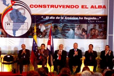 En uno de los momentos fundacionales del ALBA, funcionarios de gobiernos de Cuba y Venezuela