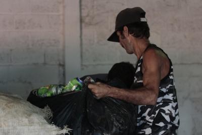 Un hombre descarga latas vacías de refresco en la cooperativa de San José de las Lajas, en la provincia Mayabeque.