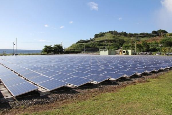 San Vicente y las Granadinas instaló paneles fotovoltaicos que producen 750 kilovatios/hora, que reducen sus emisiones contaminantes en 800 toneladas al año.
