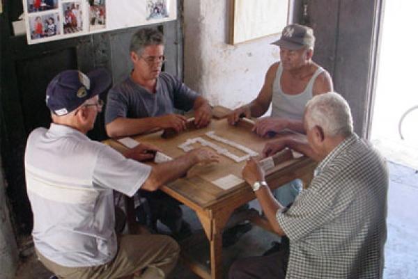Jugar dominó constituye una de las tradiciones que perduran en los barrios habaneros.