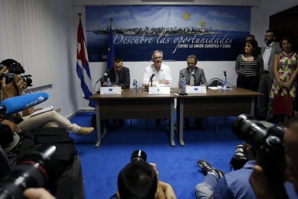 El director general para América del Servicio Europeo de Acción Exterior, Christian Leffler, en el centro, durante su encuentro con los periodistas en La Habana, tras la tercera ronda negociadora de Cuba y la Unión Europea para alcanzar un acuerdo marco de cooperación bilateral.