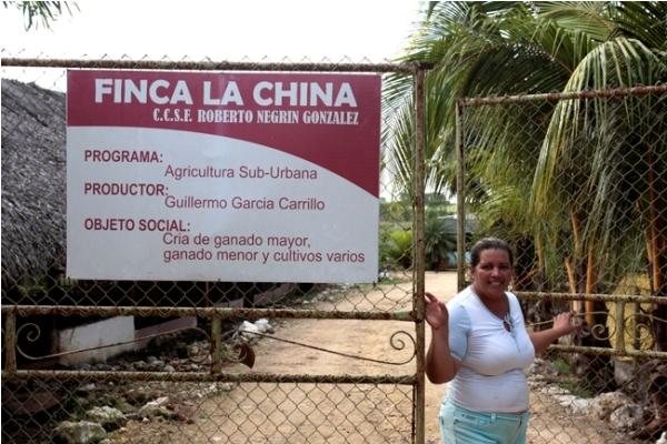 Hortensia Martínez, quien junto con su esposo, Guillermo García, decidió dedicarse a la agricultura, en la finca La China, en un área suburbana de La Habana, en Cuba, tras años dedicada a su profesión de ingeniera mecánica.