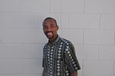El pintor Edison Liburd, en St. John, Antigua.