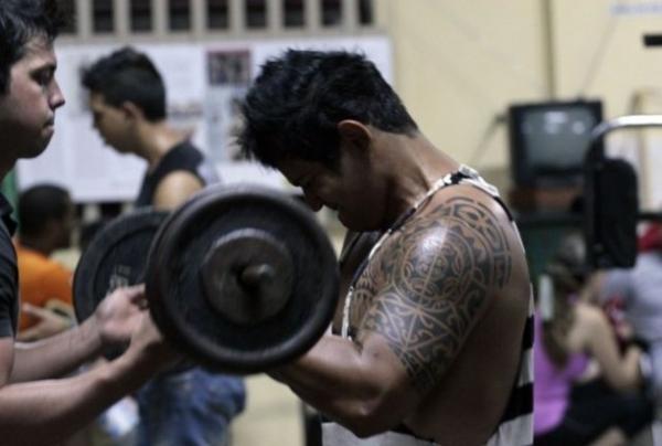 Jóvenes se ejercitan en un gimnasio privado del barrio de La Víbora, en el municipio Diez de Octubre, La Habana.