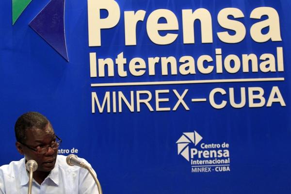 Representante del Ministerio de Relaciones Exteriores durante conferencia de prensa en La Habana