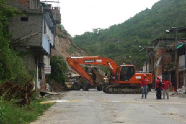 Una vía de un suburbio pobre de Caracas, afectada por las lluvias
