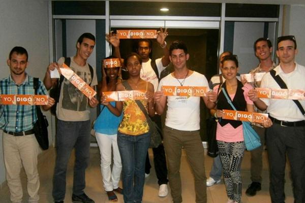 Jóvenes que asisten a Equilátero muestran plegables de la campaña Únete, por la no violencia hacia las mujeres y las niñas.