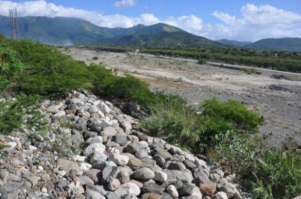 El río Yallahs, una de las principales fuentes de agua del depósito de Mona, hace meses que está seco.