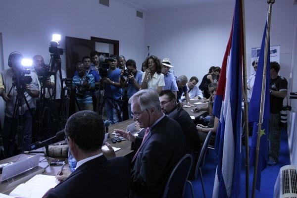 Christian Leffler (centro), director general de América del Servicio Europeo de Acción Exterior de la UE, en la rueda de prensa celebrada en La Habana el 30 de abril de 2014.