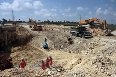 Obreros realizan movimientos de tierra para la construcción de la vía férrea que unirá el complejo de infraestructuras e industrias que conformará la Zona Especial de Desarrollo de Mariel.
