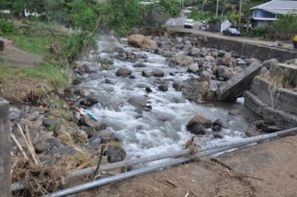 Un río desbordado en San Vicente. El país refuerza sus defensas fluviales y costeras tras las desvastadoras inundaciones de diciembre de 2013.