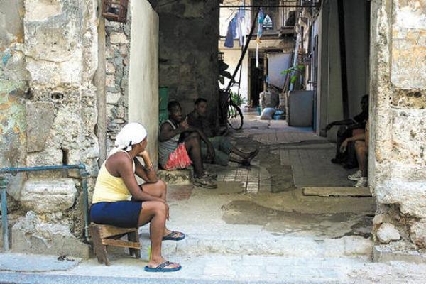 La pobreza impacta a grupos con un pasado en desventaja como mujeres y afrodescendientes.