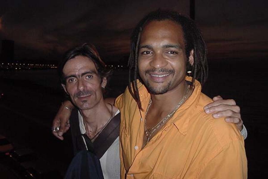 Jorge García y Descemer Bueno, uno de los músicos cubanos devenido cantautor(febrero de 2003).