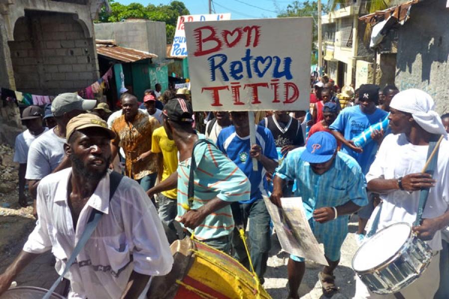 Una marcha de Fanmi Lavalas saluda el regreso de Aristide en el vecindario de Bel-air.