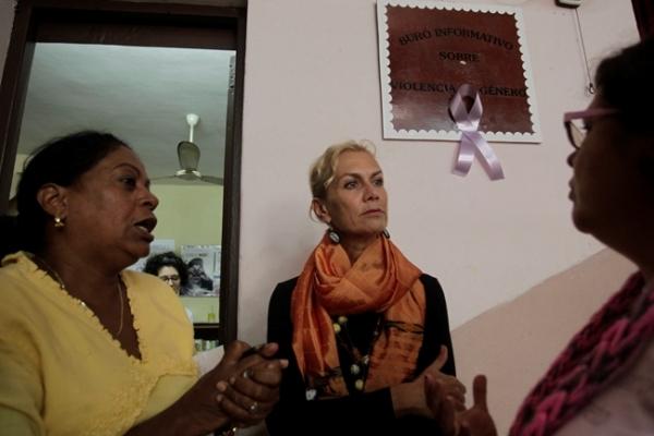 Hidalgo (de amarillo) es una reconocida trabajadora comunitaria por la equidad de género y el respeto a los derechos de las mujeres y las niñas.