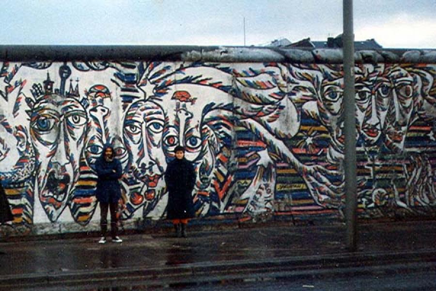 Jorge frente a los restos del Muro de Berlín