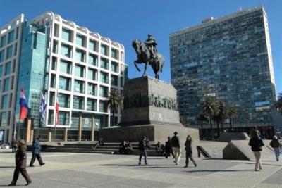 En la ciudad de Montevideo, un monumento ecuestre de José Gervasio Artigas y su mausoleo subterráneo presiden la concurrida Plaza Independencia.
