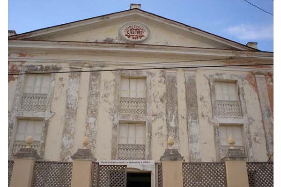 Fachada del Teatro Colonial de Gibara