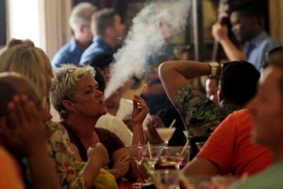 Una clienta fuma un cigarrillo en el bar-restaurante Floridita, en el emblemático barrio de La Habana Vieja. La prohibición de fumar no llega a los bares, restaurantes y centros nocturnos de Cuba.