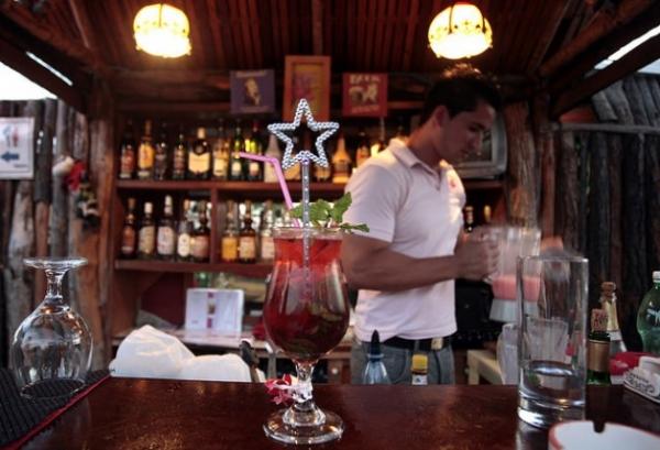 El Drag Queen Mojito, uno de los tragos con referencias a conductas no heterosexuales que ofrece el bar La Vaca Rosada, en Varadero.