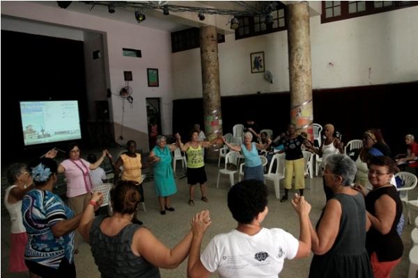 Un grupo de mujeres participan en la inauguración del buro informativo sobre violencia de género, en el Taller de Transformación Integral del Barrio Atarés El Pilar, en la capital de Cuba, el 25 de noviembre de 2014.