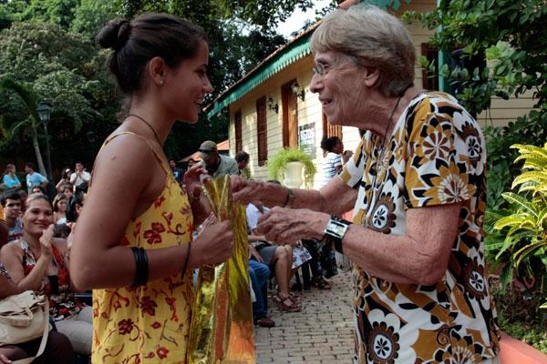 La directora de la Corresponsalía de IPS en Cuba, Elsa Methol, entrega el premio colateral otorgado por la agencia.