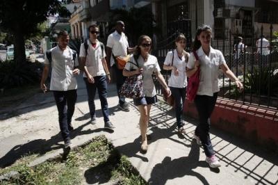 Estudiantes de la facultad de ciencias médicas del Hospital Docente Calixto García caminan por una calle de La Habana, el día que se anunciaron los aumentos salariales para su sector.