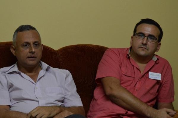 Roberto Veiga, a la izquierda, y Lenier González, coordinadores del proyecto de Cuba Posible, durante un encuentro en el Centro Cristiano de Reflexión y Diálogo-Cuba, en la ciudad de Cárdenas.