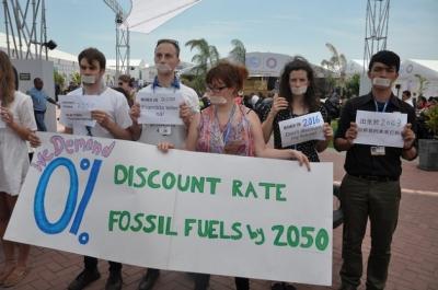 Un grupo de activistas en la conferencia COP 20 en Lima. Crédito: Desmond Brown/IPS