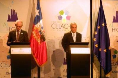 El presidente chileno Sebastián Piñera flanqueado por Herman Van Rompuy (izquierda) y José Durão Barroso.
