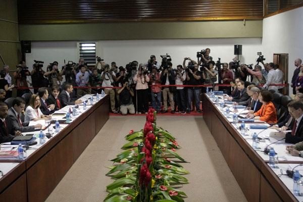 Las delegaciones de Cuba, a la izquierda, y Estados Unidos durante la jornada de clausura de la primera ronda de negociaciones para el restablecimiento de sus relaciones diplomáticas, el 23 de enero, en el Palacio de Convenciones de La Habana.