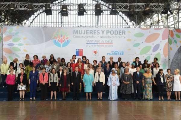 Foto de familia de la reunión internacional de alto nivel sobre las Mujeres en el Poder, celebrada el 27 y 28 de febrero en Santiago de Chile, que analizó la situación de los derechos de las humanas, 20 años después de la Conferencia Mundial sobre la Mujer de Beijing.