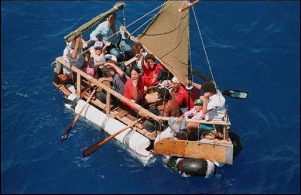 Cualquier material sirvió a los cubanos que querían salir de la isla para lanzarse al mar en todo tipo de balsas y tratar de llegar a Estados Unidos, en agosto de 1994. Crédito: Creative commons