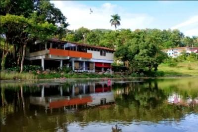 El complejo turístico Las Terrazas está formado además por el Hotel Moka, ruinas de haciendas cafetaleras, los baños del río San Juan y la Casa Museo del cantante Polo Montañés.