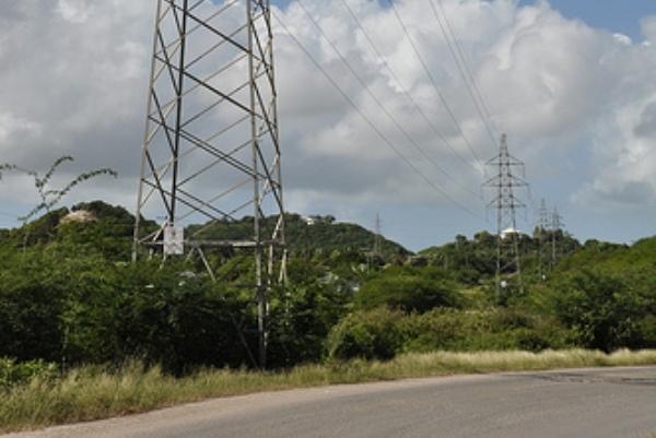 Líneas del tendido eléctrico en Antigua y Barbuda. Este país caribeño toma medidas para lograr la seguridad energética mediante tecnologías limpias. Crédito: Desmond Brown/IPS