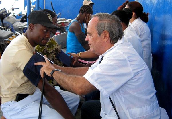 Muchas mujeres haitianas se controlan por primera vez la presión arterial. La brigada médica cubana durante una clínica móvil en el mercado Salomon de Puerto Príncipe.