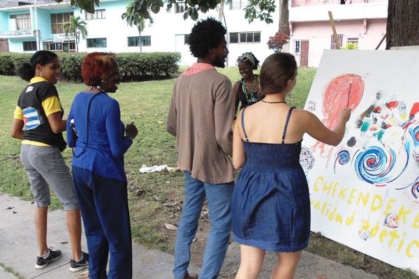 Las y los asistentes dieron su aporte para culminar el lienzo.