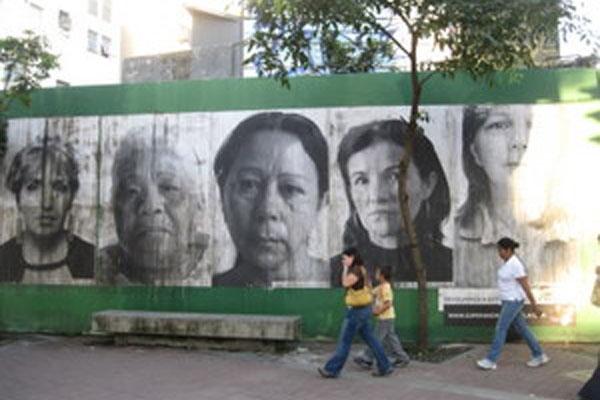 Madres de asesinados piden reflexión sobre la violencia desde los muros de Caracas