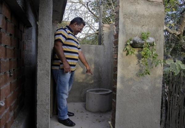 El pastor Demas Rodríguez muestra una letrina seca abonera instalada en el pueblo de Babiney, en la provincia de Granma, en el oriente de Cuba.